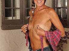 Madura cincuentona de coño peludo se quita la ropa - foto 7