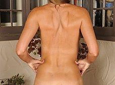 Madura cincuentona de coño peludo se quita la ropa - foto 12