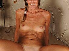 Madura cincuentona de coño peludo se quita la ropa - foto 14