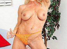 Madura cuarentona de buenas tetas se desnuda y se masturba - foto 6