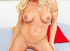 Madura cuarentona de buenas tetas se desnuda y se masturba - foto 8
