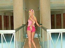 Rubia delgadita se relaja en un balneario - foto 6