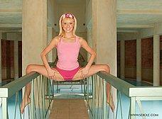 Rubia delgadita se relaja en un balneario - foto 7