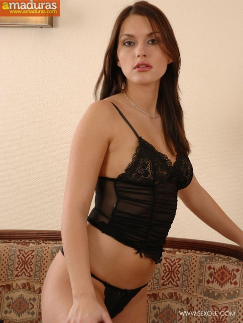 Zorrita culona en lenceria sexy se desnuda - foto 2