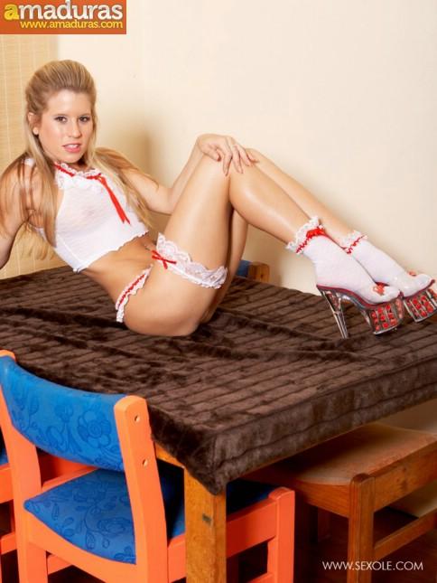Treintañera de cuerpo atlético se quita la ropa - foto 2