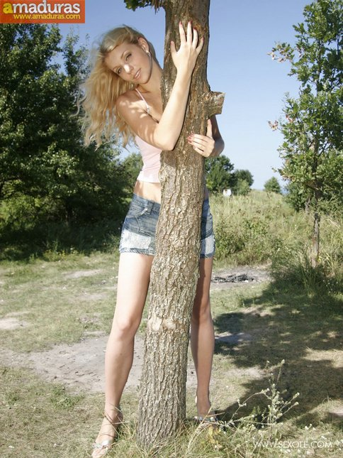 Rubia maciza se pasea desnuda por el campo - foto 2