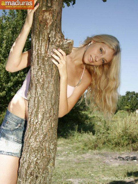 Rubia maciza se pasea desnuda por el campo - foto 3
