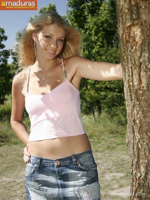 Rubia maciza se pasea desnuda por el campo - foto 4
