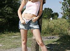 Rubia maciza se pasea desnuda por el campo - foto 8
