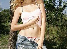 Rubia maciza se pasea desnuda por el campo - foto 9
