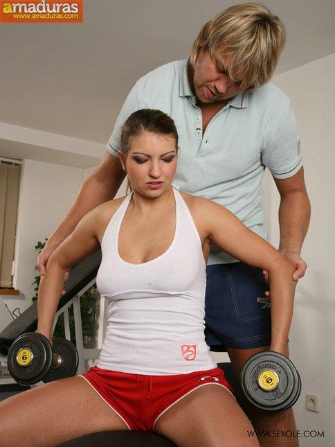 Se deja meter mano por su entrenador personal - foto 2