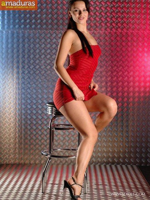 La chica del vestido rojo se abre de piernas - foto 1
