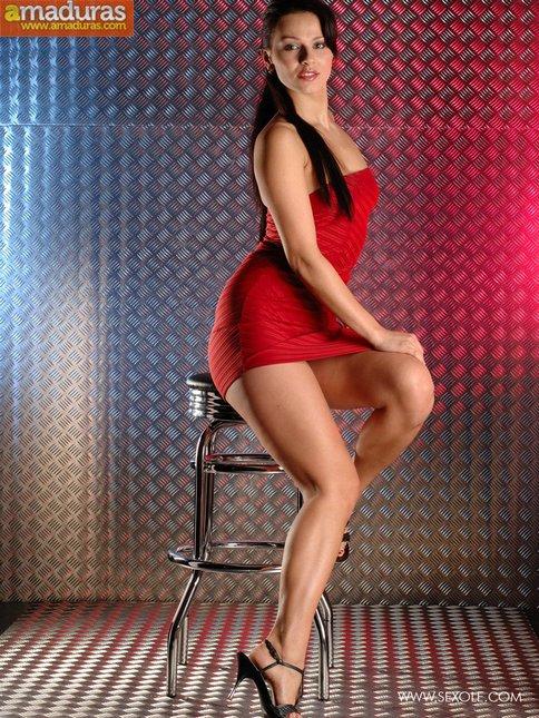 La chica del vestido rojo se abre de piernas - foto 2