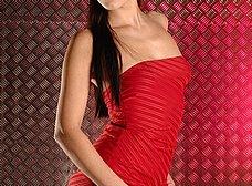 La chica del vestido rojo se abre de piernas - foto 6