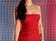 La chica del vestido rojo se abre de piernas - foto 8