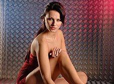 La chica del vestido rojo se abre de piernas - foto 13