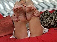 Los pies y el coño de la rubia - foto 13