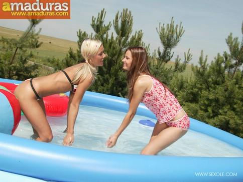 Dos macizas chapoteando en la piscina - foto 1