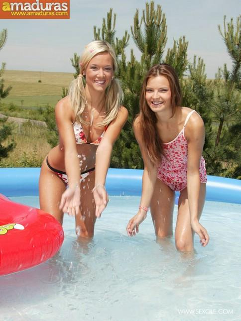 Dos macizas chapoteando en la piscina - foto 2