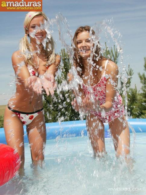 Dos macizas chapoteando en la piscina - foto 3