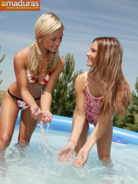 Dos macizas chapoteando en la piscina - foto 4