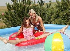 Dos macizas chapoteando en la piscina - foto 6