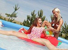 Dos macizas chapoteando en la piscina - foto 7