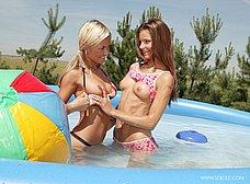 Dos macizas chapoteando en la piscina - foto 12