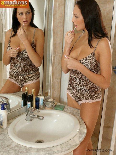 Milf treintañera en la ducha: qué labios vaginales! - foto 2