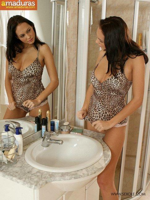 Milf treintañera en la ducha: qué labios vaginales! - foto 5