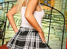 Treintañera rubia vestida de colegiala - foto 6