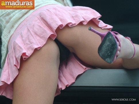 Quitándose las bragas en la parte trasera del coche - foto 5