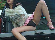 Quitándose las bragas en la parte trasera del coche - foto 7