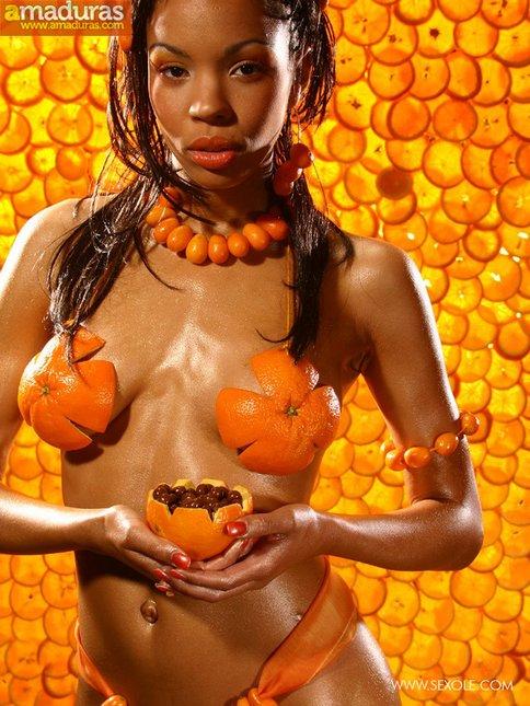 Negrita de traje anaranjado posando super sexy - foto 3