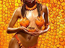 Negrita de traje anaranjado posando super sexy - foto 10