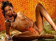 Negrita de traje anaranjado posando super sexy - foto 19