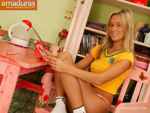 Rubita brasileña metiéndose el consolador - foto 1