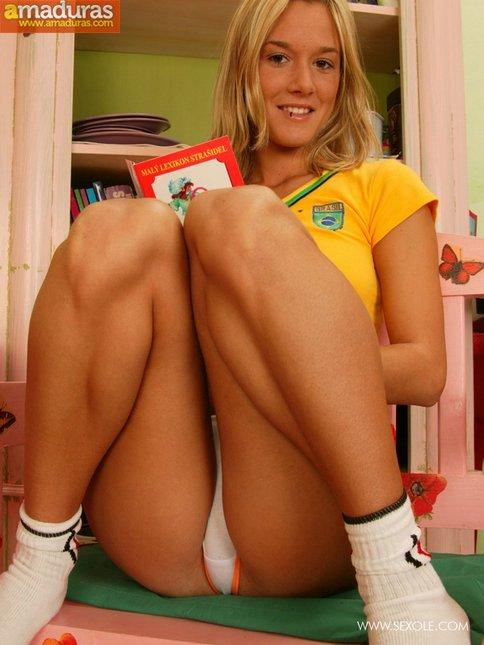 Rubita brasileña metiéndose el consolador - foto 3