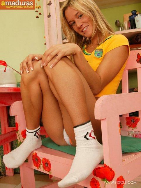 Rubita brasileña metiéndose el consolador - foto 4