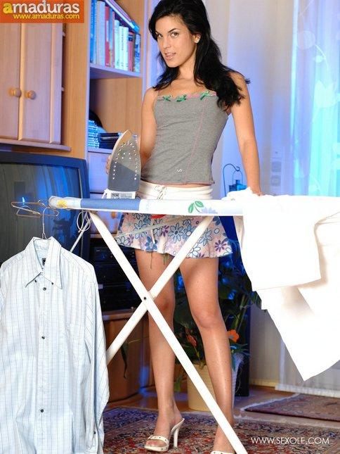 Tia buena planchando la ropa nos enseña el culito - foto 1