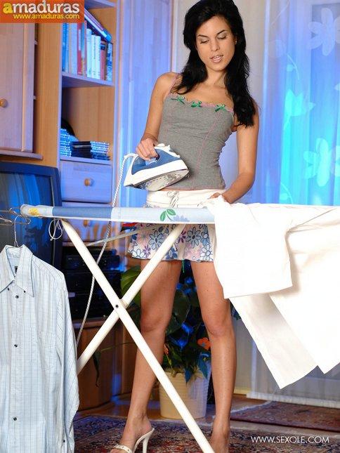 Tia buena planchando la ropa nos enseña el culito - foto 2