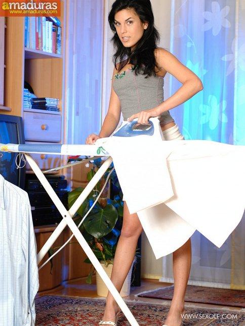 Tia buena planchando la ropa nos enseña el culito - foto 4