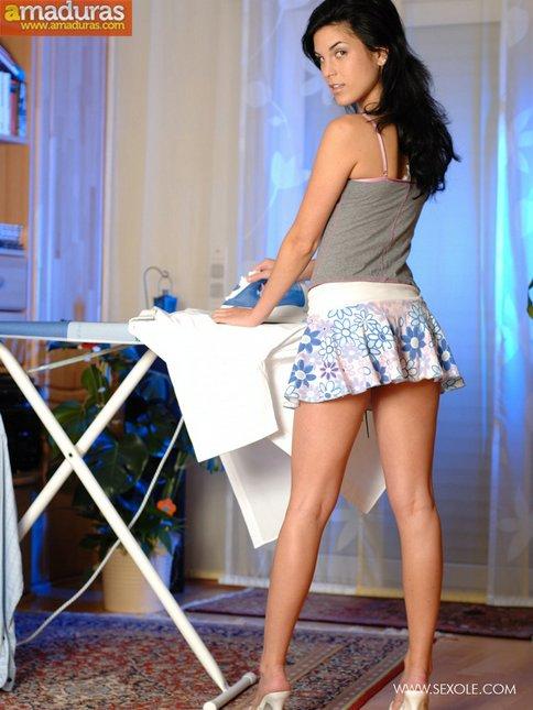 Tia buena planchando la ropa nos enseña el culito - foto 5