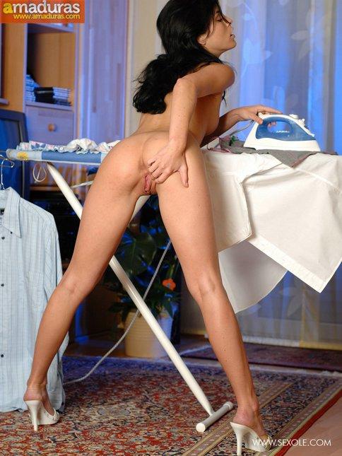 Tia buena planchando la ropa nos enseña el culito - foto 20