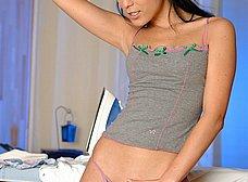 Tia buena planchando la ropa nos enseña el culito - foto 15