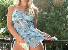 El bikini tanga de la rubia de ojos azules - foto 6