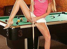 Macizorra posando sobre la mesa de billar - foto 7