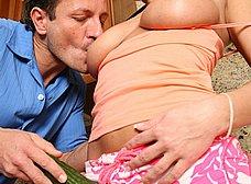 Masturbando a su mujer en la cocina - foto 11