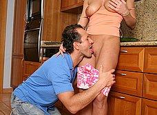 Masturbando a su mujer en la cocina - foto 12