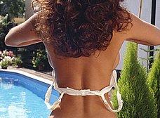 Espectacular milf se desnuda en la piscina - foto 10